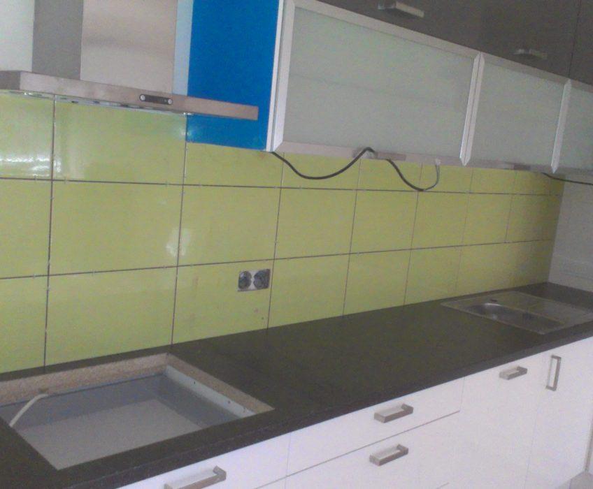 Montáž kuchyně, obklady, instalace spotřebičů, zednické práce
