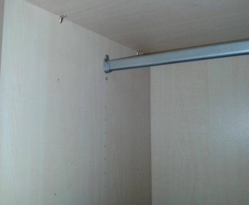 Oprava šatní tyče ve skříni