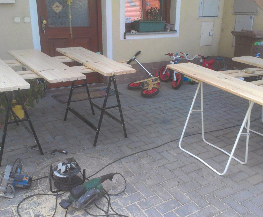 Stavba sádrokartonové příčky, montáž polic