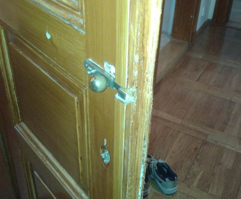 Montáž dveřního kování, vydlabání otvoru, vytmelení, montáž zámku