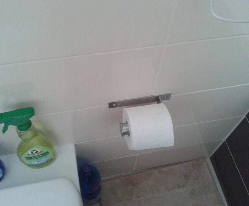 Montáž držáku toaletního papíru