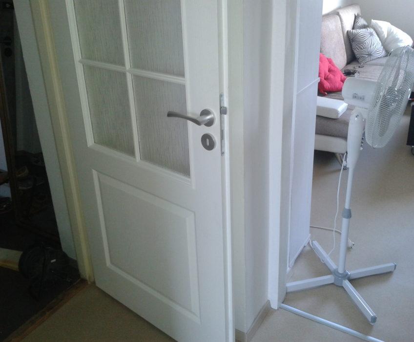 Montáž kování a zkrácení dveří
