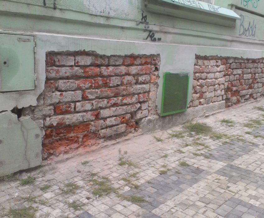 Odstranění omítky soklu bytového domu