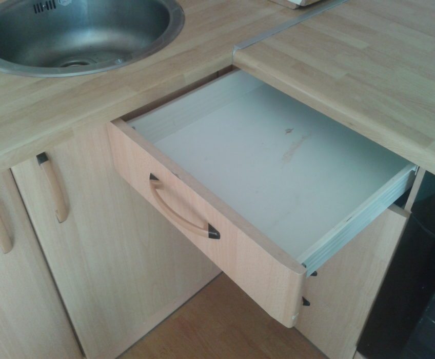 Oprava výsuvu šuplíku kvůli uzávěru plynu vně kuchyňské linky (šuplík nešel zcela vytáhnout z důvodu překážejícího protějšího madla)