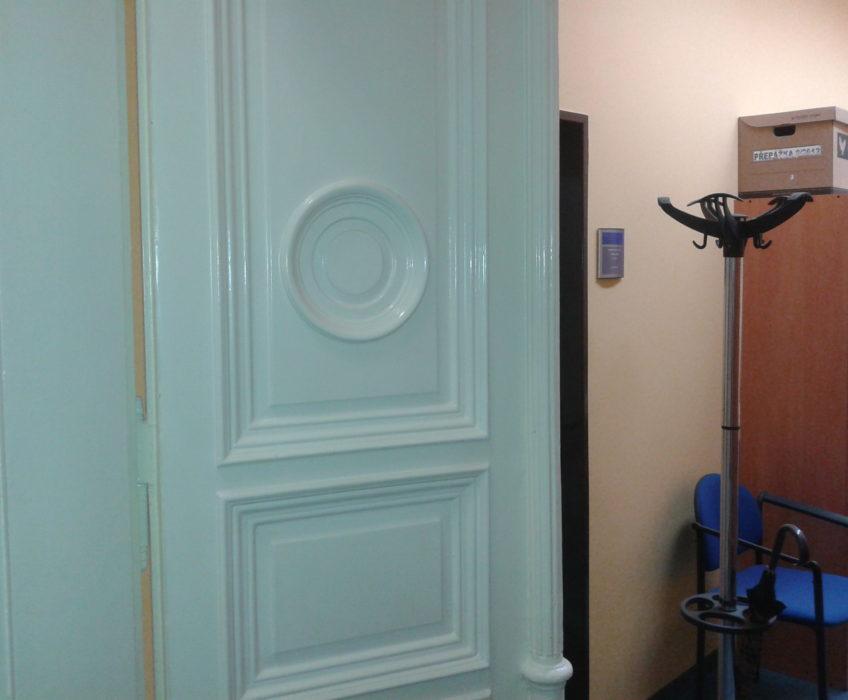 Renovace dveří - oprava prasklin a lakování