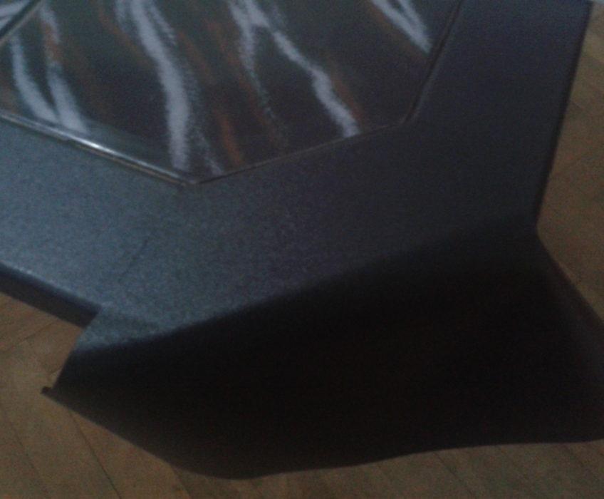 Renovace stolku (odstranění staré fólie a okrajových spár, nalepení nové a zaspárování)