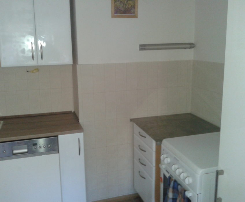 Lakování kuchyně, nalepení tapety na obklad