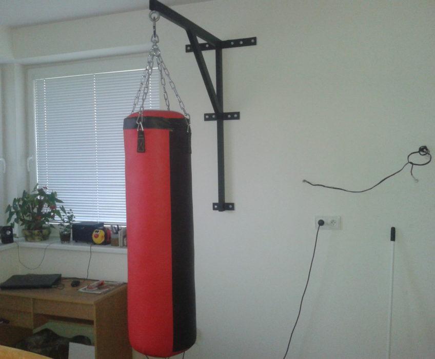 Připevnění nástěnného držáku na boxovací pytel