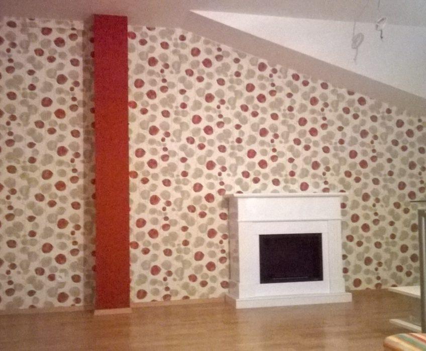 Lepení vliesové tapety v obývací místnosti