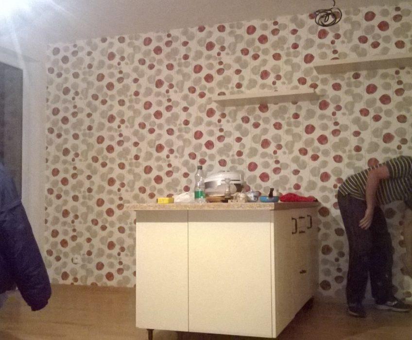 Lepení vliesové tapety v kuchyni