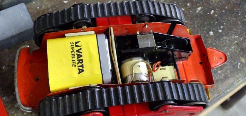 Oprava hračky pásového traktoru