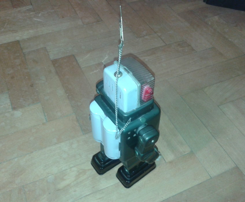 Oprava staré hračky robota