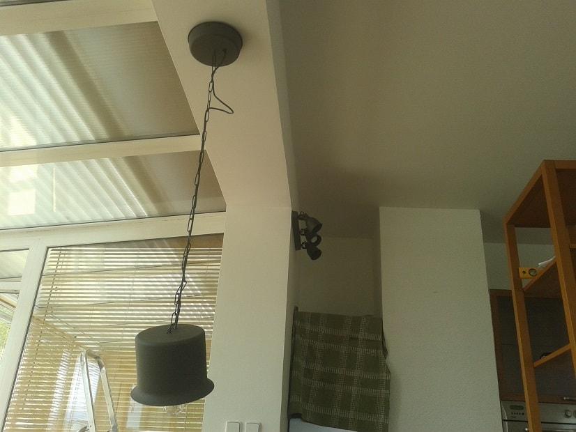Instalace TV držáku, vysekání drážky na kabel, instalace světel, instalace háčků na promítací plátno