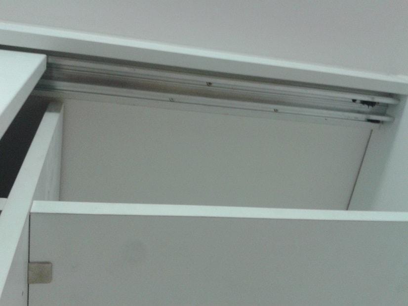 Oprava vytržené vodící lišty vestavěné skříně