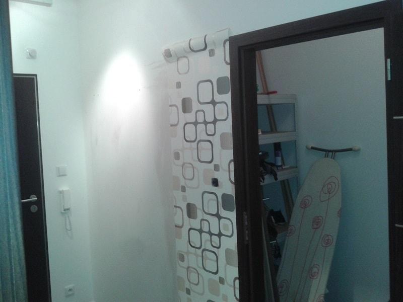 Tapetování vliesové tapety, úprava a montáž věšáků