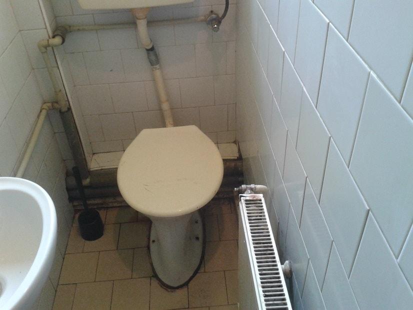 Čištění ucpaného WC a oprava uchycení WC