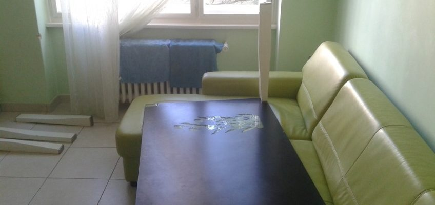 Lepeni noh skleneneho stolu