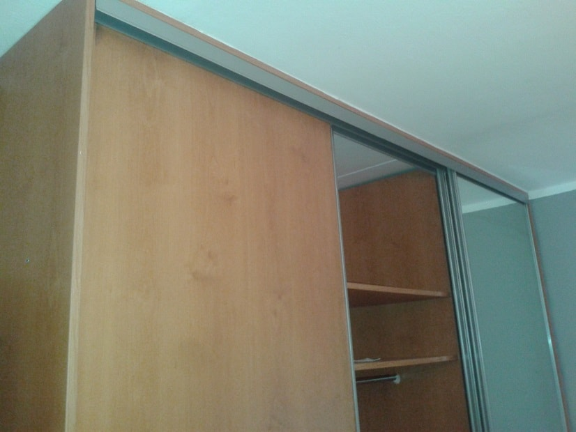 Oprava pojezdu vestavěné skříně