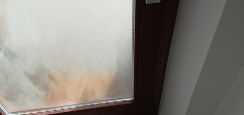 Renovace poškrábaných dveří