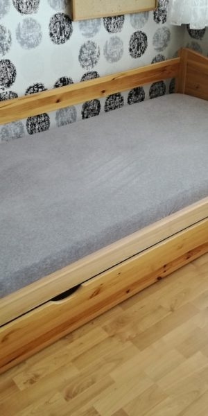 Oprava postele s prkenným roštem