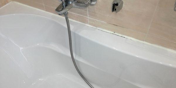 Silikonování spár kolem vany