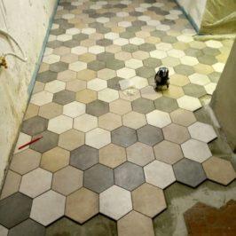 Výměna podlahy, pokládka hexagonových dlaždic