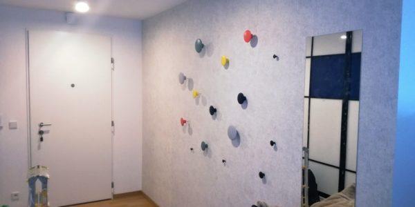 Tapetování stěny, montáž věšáků
