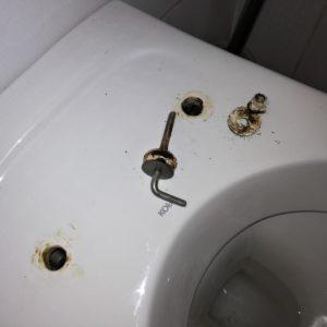 Oprava uchycení WC prkénka