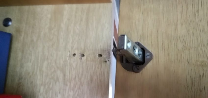 Oprava pantů skříněk