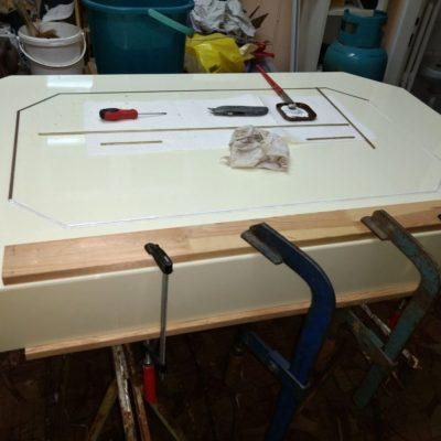 Oprava stolu, lepení lišt